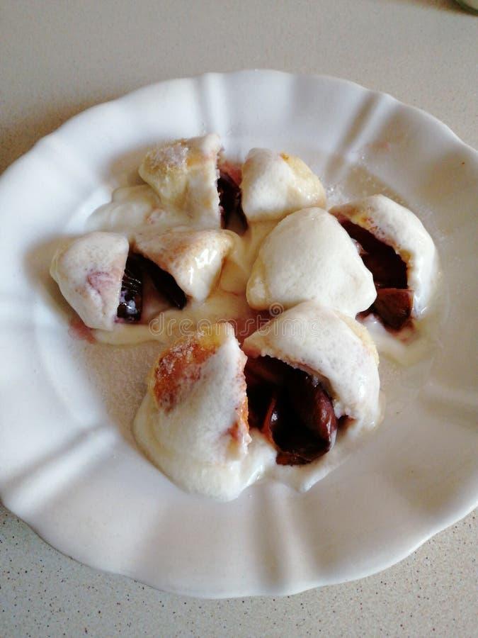 Selbst gemachte süße Pflaumenmehlklöße mit Sahne und Zucker 3 lizenzfreies stockbild
