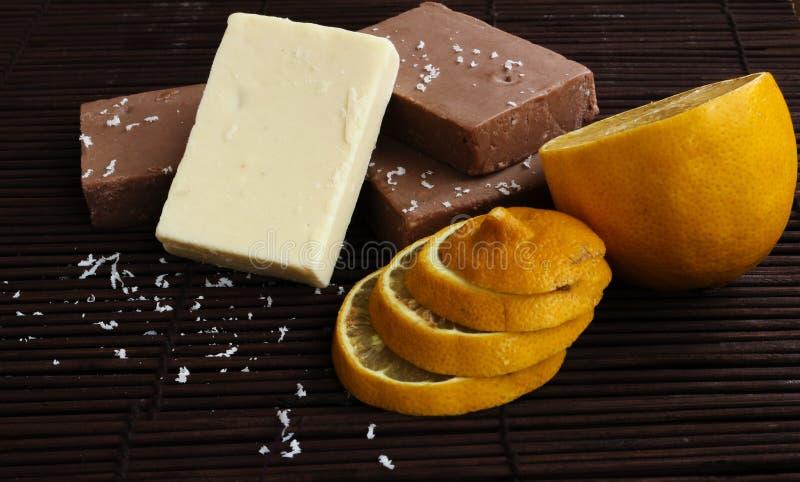 Selbst gemachte Schokolade und Zitrone stockbilder