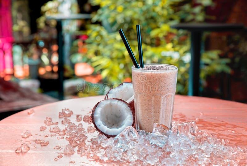 Selbst gemachte Schokoladenerschütterung mit Kokosnuss- und chiasamen stockbilder