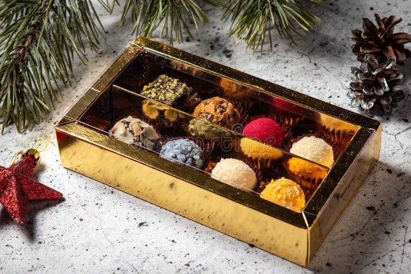 Selbst gemachte Schokoladentrüffelsüßigkeiten in einer Geschenkbox stockfotos