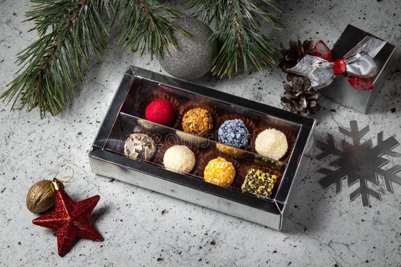 Selbst gemachte Schokoladentrüffelsüßigkeiten in einer Geschenkbox Zusammenstellung von runden farbigen Süßigkeiten stockfotos