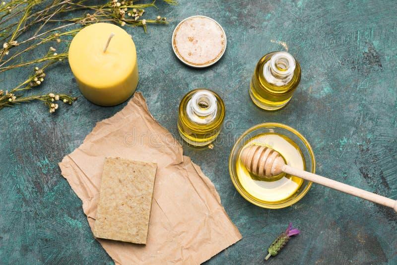 Selbst gemachte Seife, ätherisches Öl, Kerze und Honig für Schönheitspflege lizenzfreies stockbild