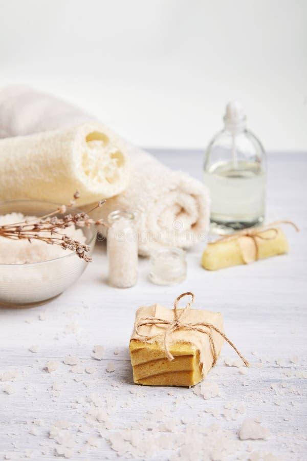 Selbst gemachte Seife, trockene Lavendelblumen und ätherisches Öl stockbild