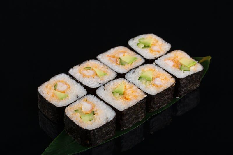 Selbst gemachte Shirmp-Tempura-Sushi-Rolle mit Avocados stockfotografie