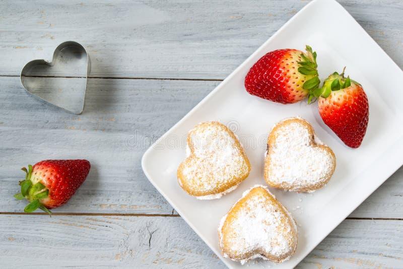 Selbst gemachte sternförmige Kuchen und Erdbeere auf hölzernem Hintergrund lizenzfreie stockbilder