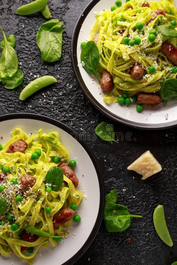 Selbst gemachte Teigwaren mit grünen Erbsen, Spinat Pesto und Würsten Lokalisiert auf weißem Hintergrund Gesunde Nahrung Hintergr lizenzfreie stockfotografie