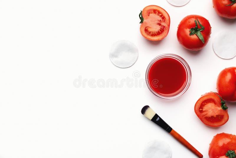 Selbst gemachte TomatenGesichtsmaske für Naturschönheitssorgfalt stockfotografie