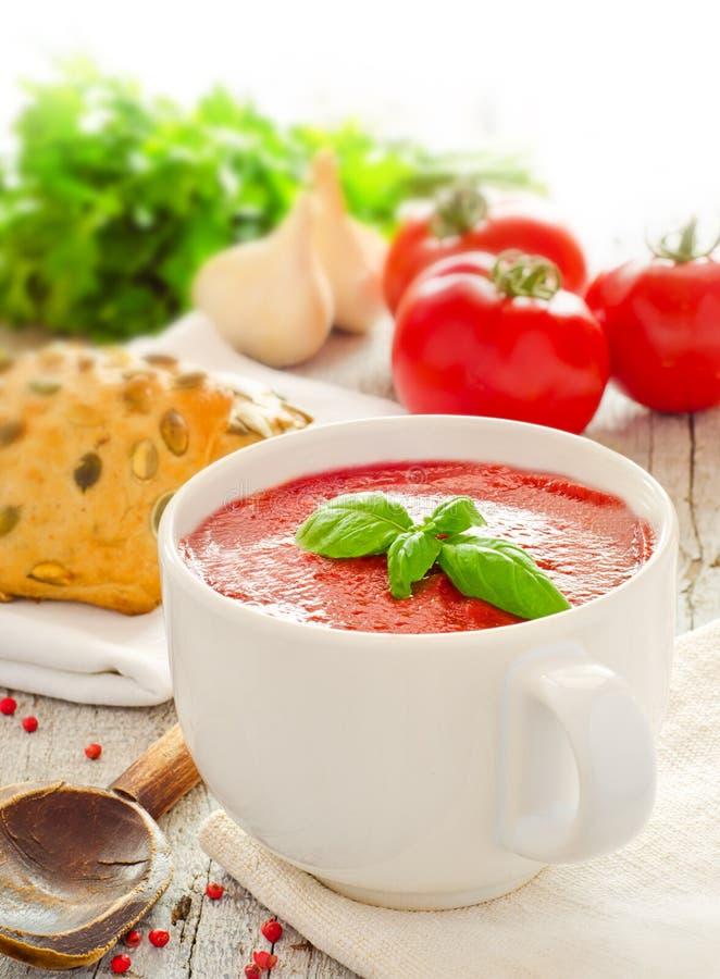 Selbst gemachte Tomatesuppe lizenzfreie stockbilder