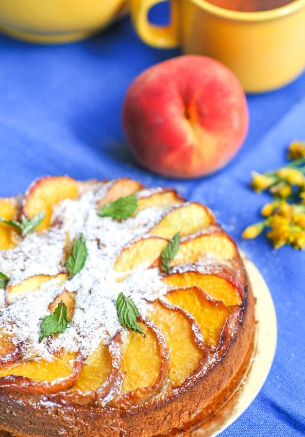 Selbst gemachte Torte mit Pfirsichen und Minze stockfoto