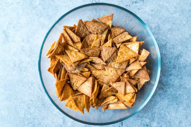 Selbst gemachte Tortilla-Chips machten mit dem Flatbread in der Glasschüssel und im Ofen gebacken lizenzfreies stockfoto
