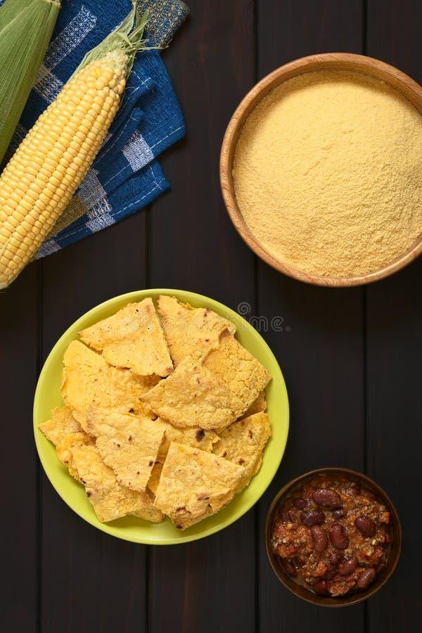 Selbst gemachte Tortilla-Chips und Getreidemehl lizenzfreie stockfotografie