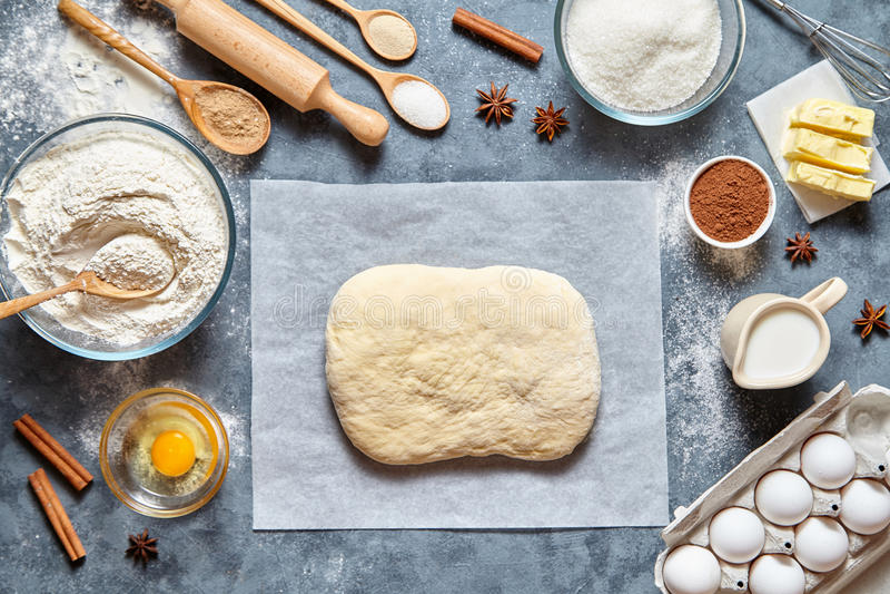 Selbst gemachte traditionelle Brot, Pizza oder Torte des Teigvorbereitungsrezepts ingridients, Lebensmittelebenenlage lizenzfreie stockfotografie