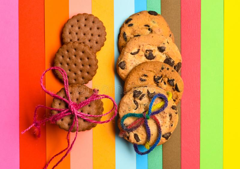 Selbst gemachte und Verbraucherplätzchen auf buntem als Regenbogenhintergrund Kekskonzept Kekse zu Hause gekauft oder gebacken lizenzfreie stockfotos