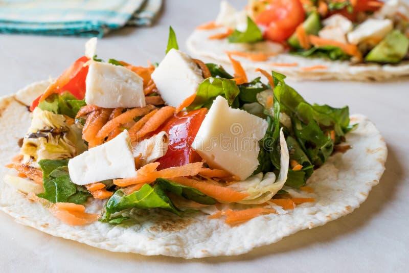 Selbst gemachte vegetarische Tostadas mit Salat, Käse und zerriebenen Karotten-Scheiben lizenzfreies stockfoto