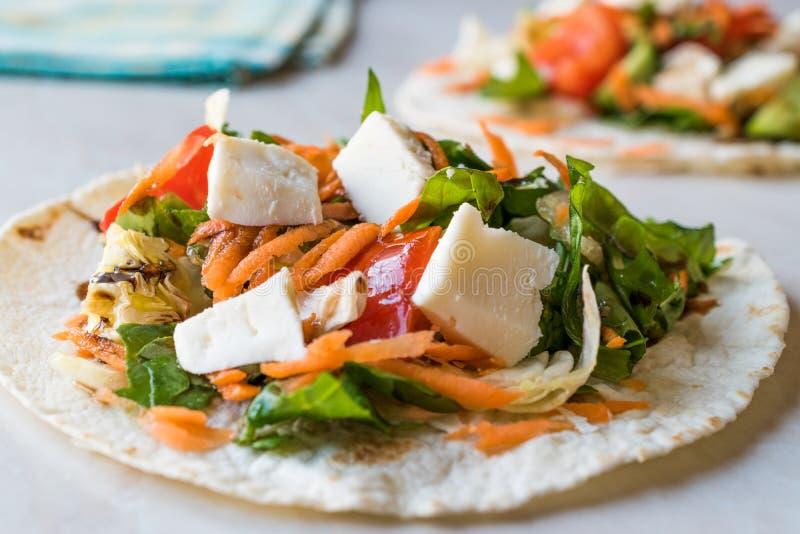 Selbst gemachte vegetarische Tostadas mit Salat, Käse und zerriebenen Karotten-Scheiben stockbild