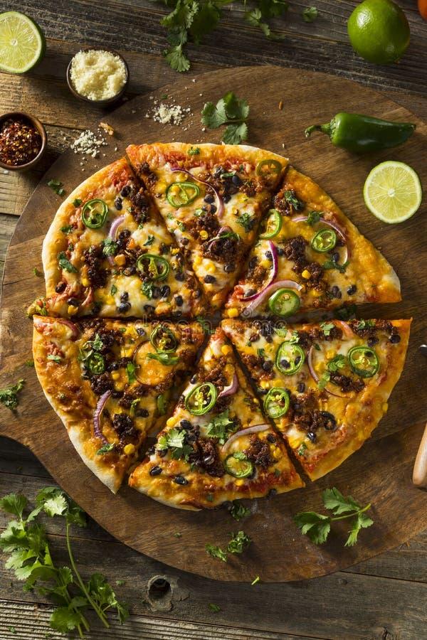 Selbst gemachte würzige mexikanische Taco-Pizza stockfotos