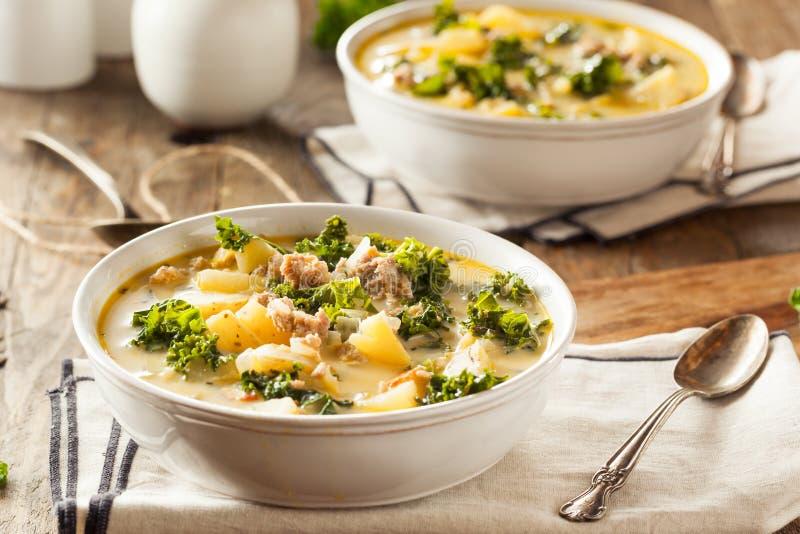 Selbst gemachte warme sahnige toskanische Suppe stockbilder
