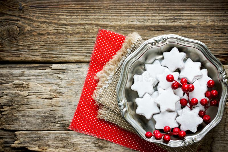 Selbst gemachte Weihnachtssternplätzchen in der weißen Zuckerglasur stockbilder