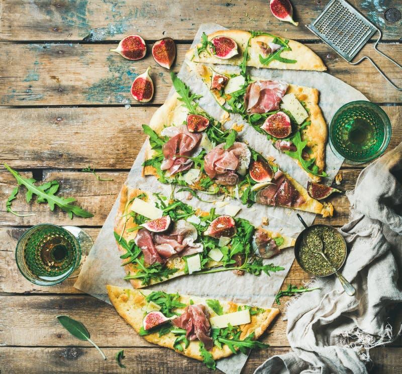 Selbst gemachte weise Flatbreadpizza mit rosafarbenem Wein in den Gläsern stockbilder