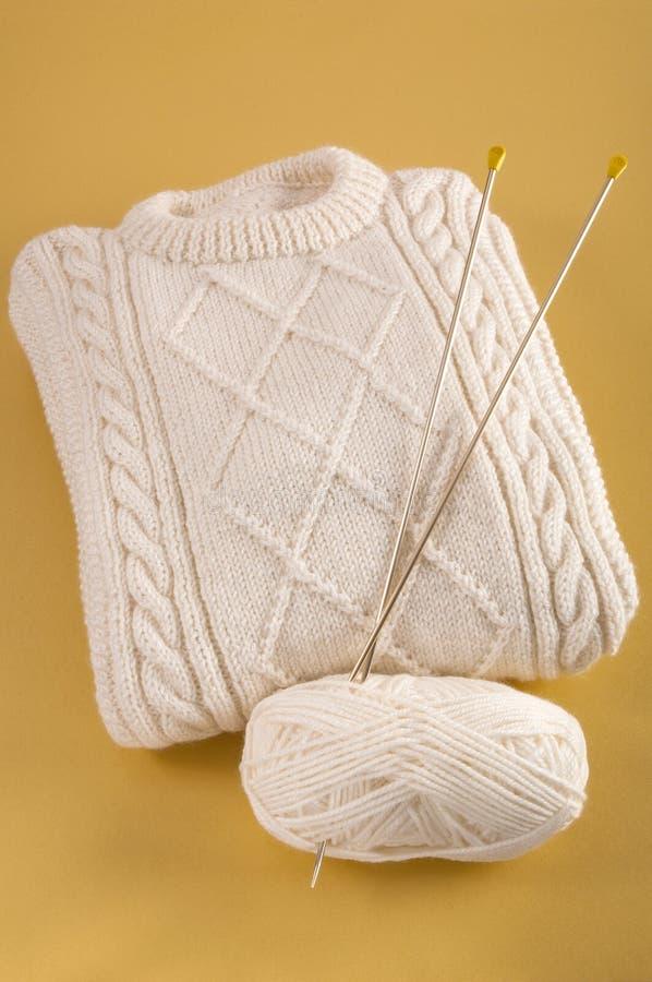 Selbst gemachte woolen Strickjacke mit Aran-Kabelmuster lizenzfreies stockbild