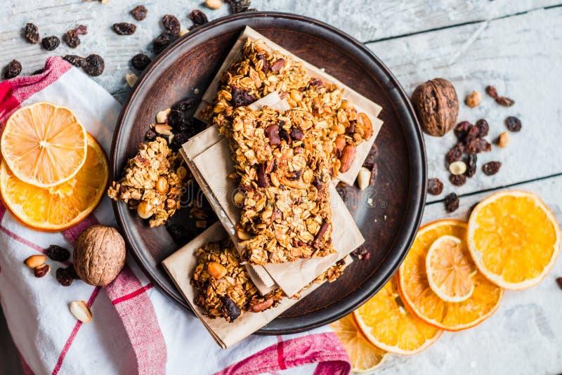Selbst gemachte Zitrusfruchtgranola-Proteinstangen mit Erdnussbutter, Honig, stockbild