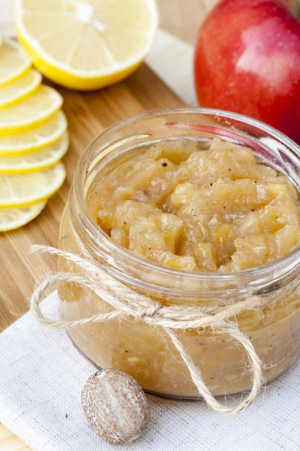 Selbst gemachter Apfel und Zitrone stauen mit Ingwer und Muskatnuss, Nahaufnahme lizenzfreies stockbild