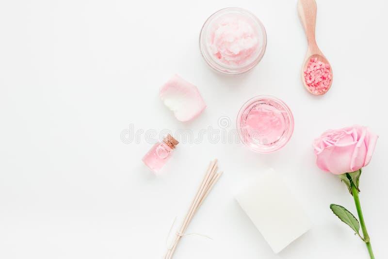 Selbst gemachter Badekurort mit rosafarbenem Kosmetiksatz, -creme, -salz und -öl auf weißem Draufsichtmodell des Hintergrundes stockfoto
