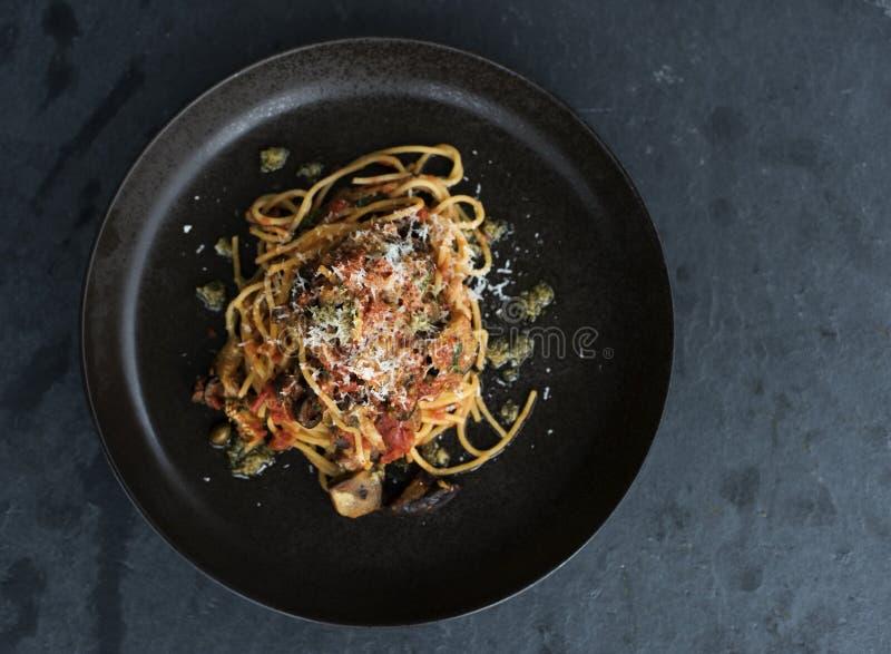 Selbst gemachter Bestandteile Spaghetti-Teigwarenteller stockfotografie