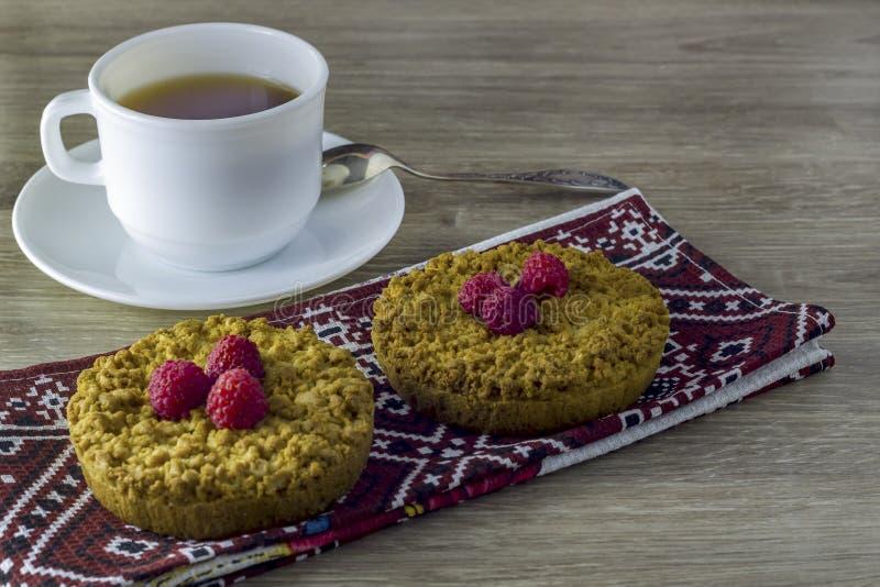 Selbst gemachter bröckeliger Keks mit einer Tasse Tee lizenzfreie stockfotografie