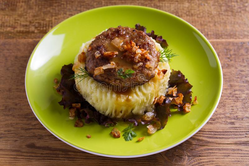 Selbst gemachter Burger oder Pastetchen mit Kartoffelpüree auf Kopfsalat lizenzfreie stockbilder