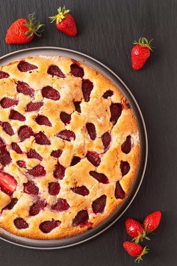 Selbst gemachter butterartiger Kuchen Vanille des Nahrungsmittelkonzeptes Erdbeerauf schwarzem Schiefersteinhintergrund mit Kopie lizenzfreie stockfotos