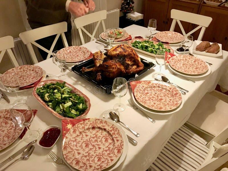 Selbst gemachter gebratener Danksagungs-Tag die Türkei mit allen Seiten am Abendtische stockfotografie
