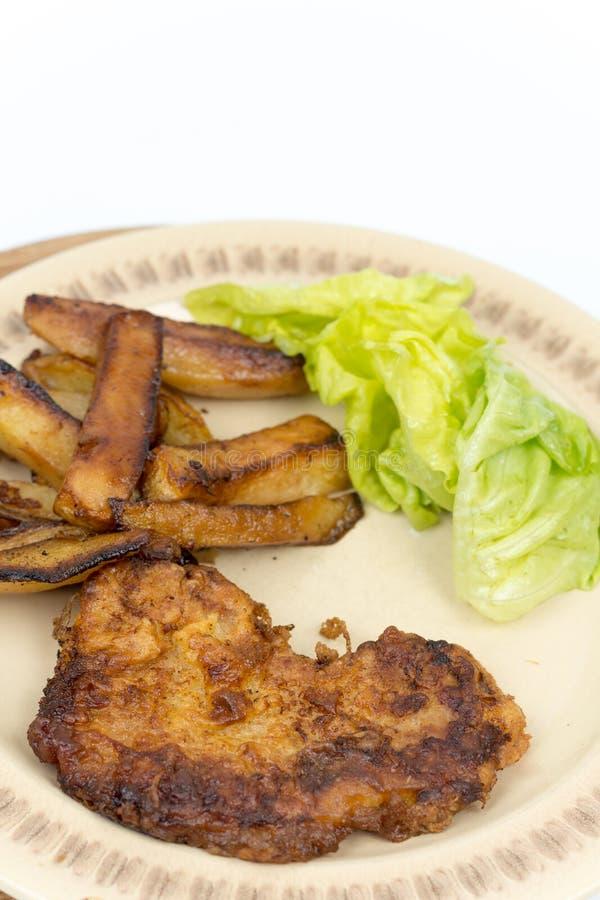 Selbst gemachter gebratener Steakschweinefleischrindfleischkartoffel-Kopfsalatsalat stockbilder