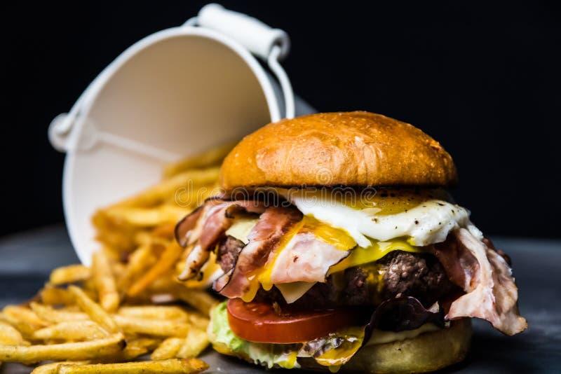 Selbst gemachter geschmackvoller Burger lizenzfreie stockfotografie
