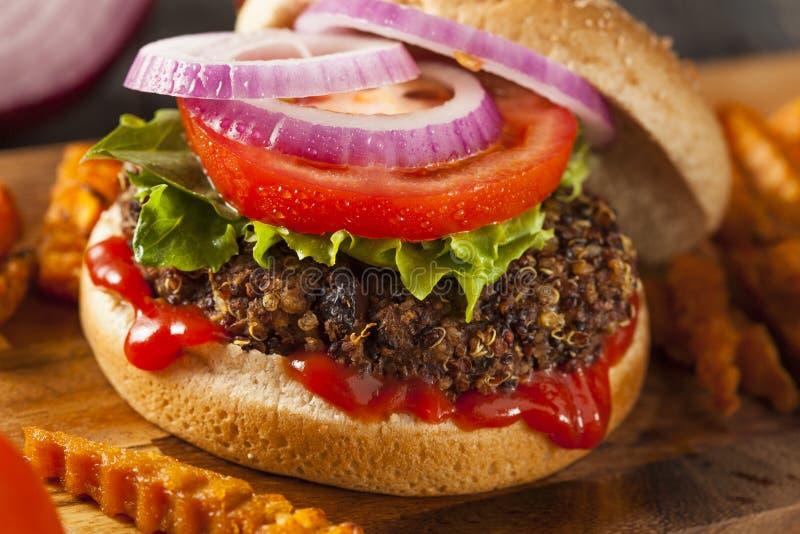 Selbst gemachter gesunder vegetarischer Quinoa-Burger lizenzfreie stockfotografie