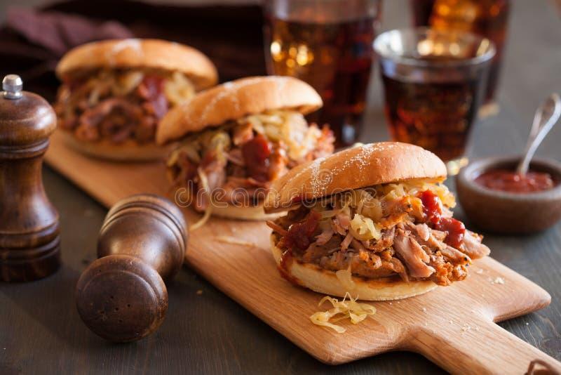 Selbst gemachter gezogener Schweinefleischburger mit karamellisierter Zwiebel und bbq sauce stockfoto