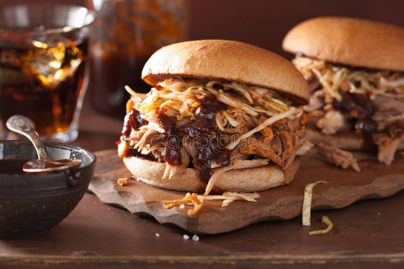 Selbst gemachter gezogener Schweinefleischburger mit Kohlsalat und bbq sauce stockbilder