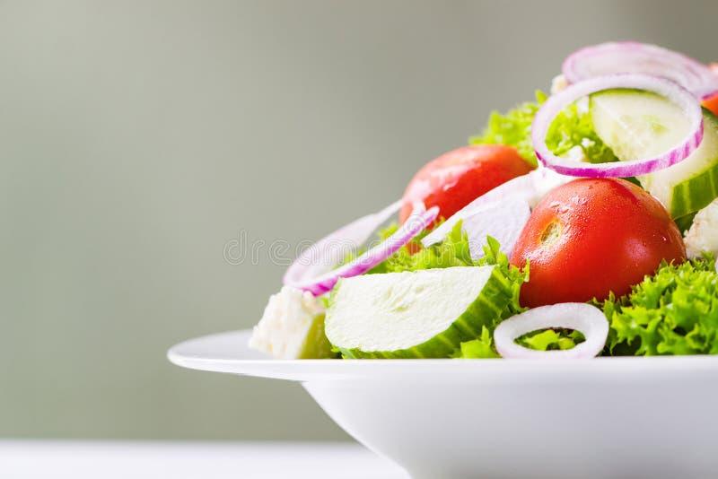 Selbst gemachter Grieche oder Sommersalat mit Frischgemüse in einer Platte stockfoto