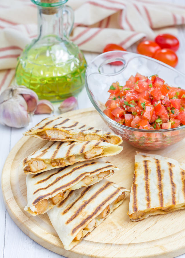 Selbst gemachter Huhn- und Käse Quesadilla mit Salsa lizenzfreies stockbild