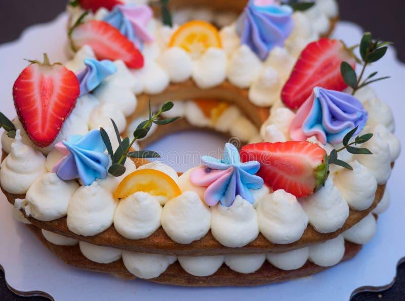 Selbst gemachter Kuchen in Form von acht lizenzfreie stockbilder