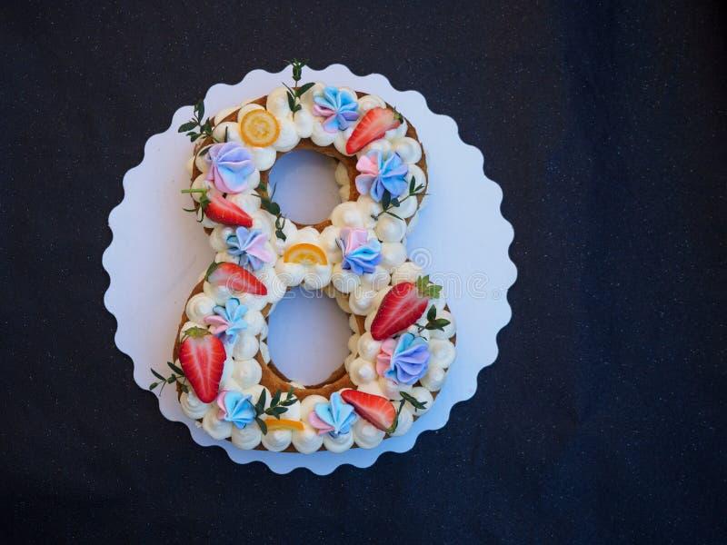 Selbst gemachter Kuchen in Form von acht stockbild