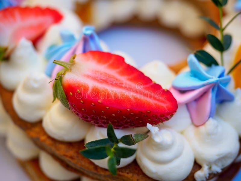 Selbst gemachter Kuchen in Form von acht stockbilder