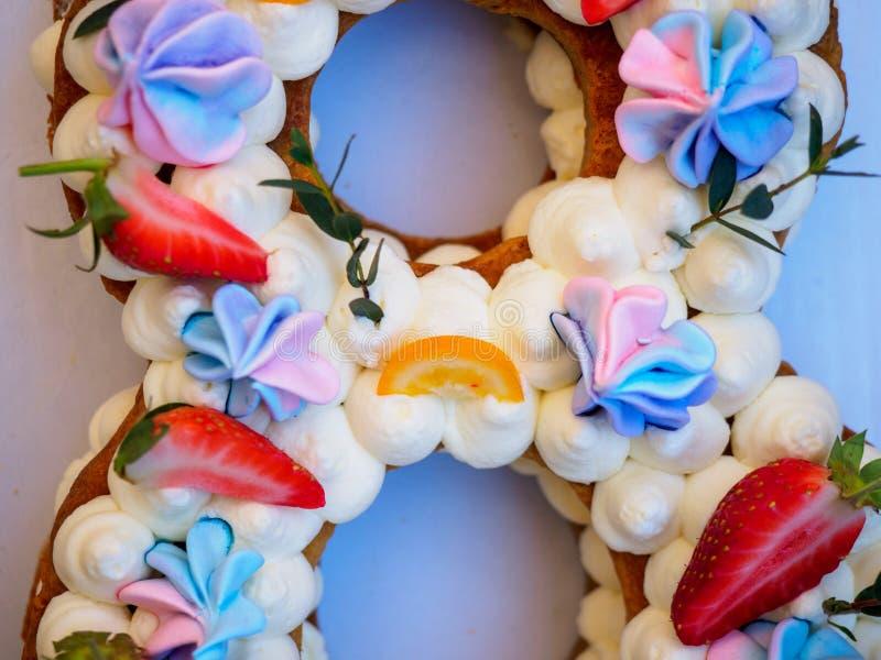 Selbst gemachter Kuchen in Form von acht stockfotos