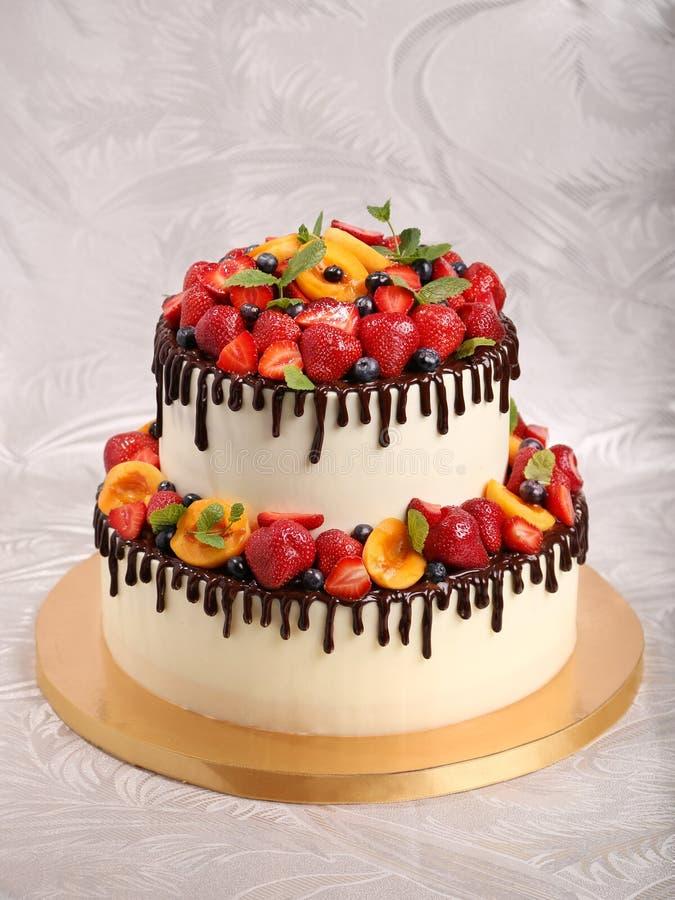 Selbst gemachter Kuchen mit einer Fruchtdekoration stockbilder