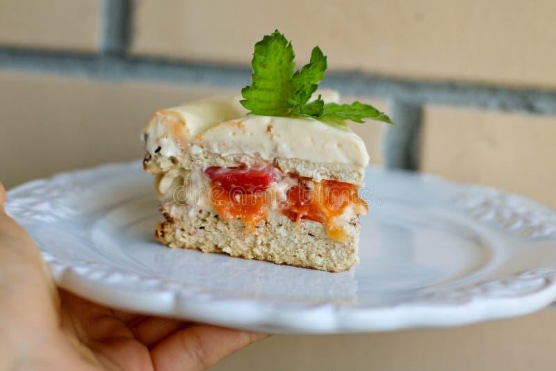Selbst gemachter Kuchen mit frischen Erdbeeren und Pfirsich stockbilder
