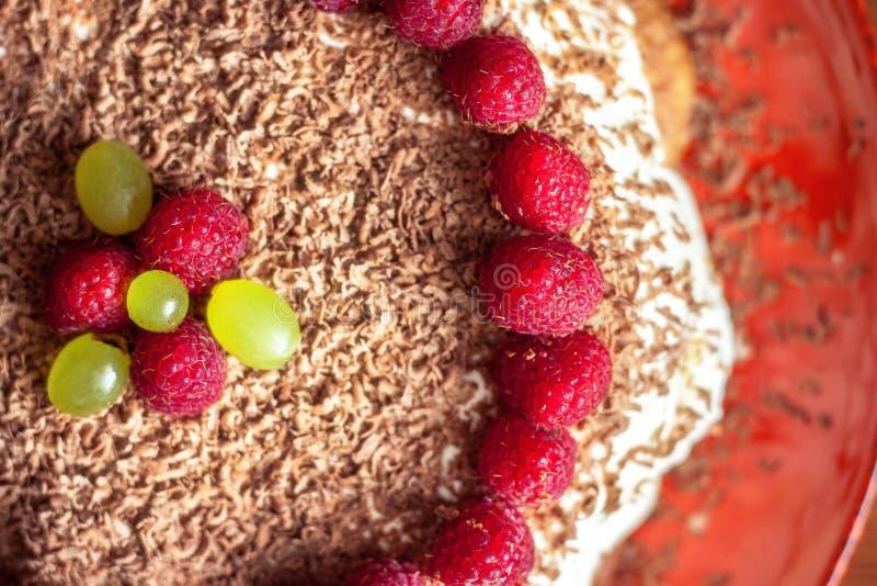 Selbst gemachter Kuchen mit Himbeer- und Schokoladennahaufnahme lizenzfreies stockfoto