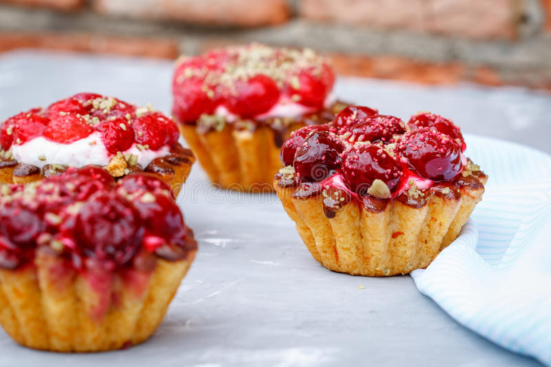 Selbst gemachter Kuchen von süßen Beerenkörben stockbilder