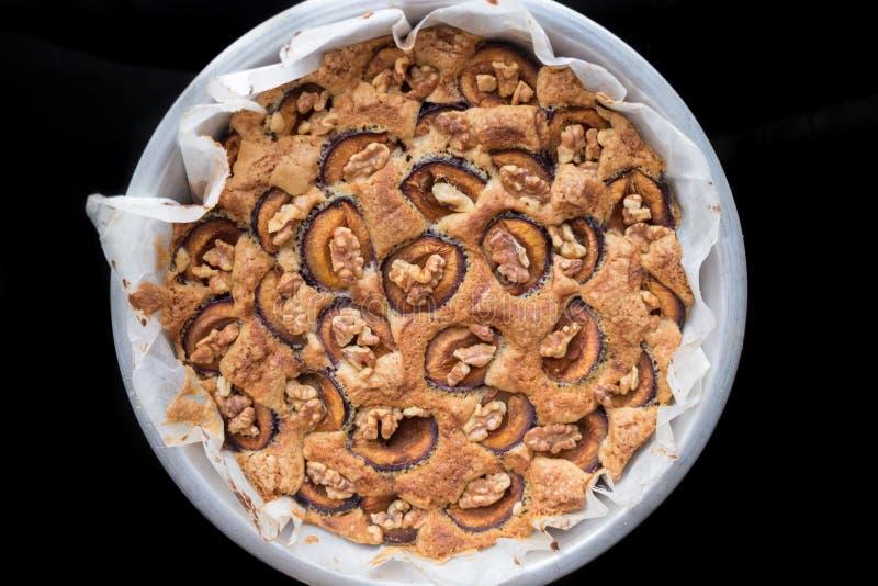 Selbst gemachter Pflaumenkuchen mit englischen Walnüssen lizenzfreie stockbilder