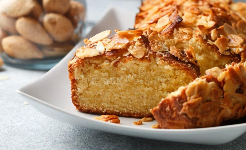 Selbst gemachter Pfundkuchen mit Mandeln lizenzfreie stockbilder