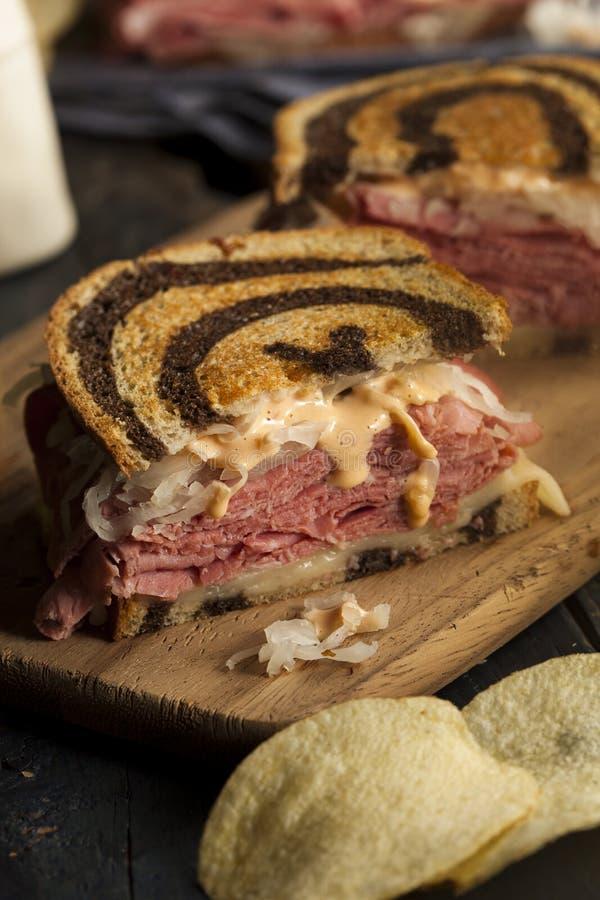 Selbst gemachter Reuben Sandwich stockfotos